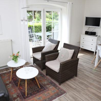 Wohn- und Esszimmer und Terrasse der Ferienwohnung Achtern Diek
