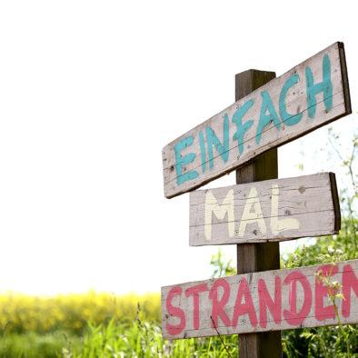 """Schild """"Einfach mal stranden"""""""