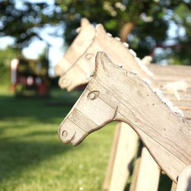 Holzpferde im Garten