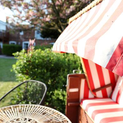 Strandkorb mit Sitzecke im Garten