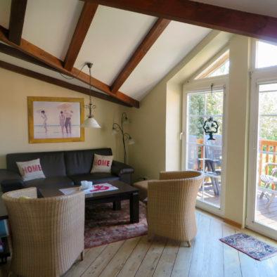 Wohnzimmer und Balkon der Ferienwohnung Sperlings Lus