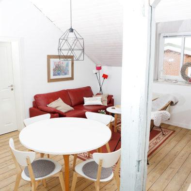 Esszimmerbereich und Wohnzimmer der Ferienwohnung Buernsuite